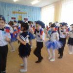 упражнение с российским флажком на празднике 23 февраля (старшая группа)