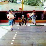 дети учавствуют в веселых стартах