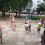 """игра """"Найди свой домик"""" вос-ль кКгукова Е.Е. помогает детям справиться с заданием"""