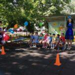 Вос-ль Никитина В.П. загадывает детям загадки о воздушном шаре, а Мальвина (вос-ль Владыко И.с.0 помагает детям